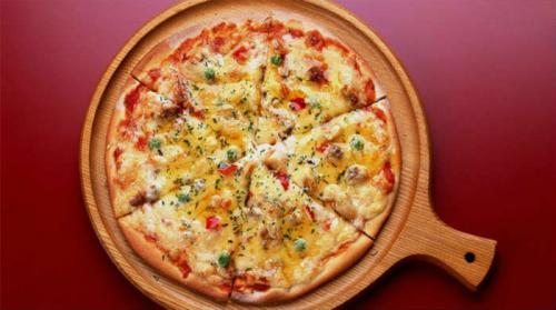 Пицца рецепт с колбасой и сыром и помидорами солеными огурцами. Пицца с колбасой, сыром и помидорами