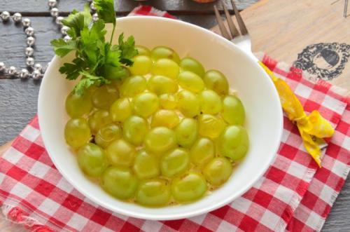 Салат с черносливом и грецкими орехами и курицей и сыром и виноградом. Салат с курицей, черносливом и виноградом