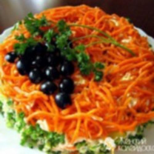 Салат с фасолью и сухариками и корейской морковью и колбасой. Салат с корейской морковью, фасолью, сухариками и колбасой