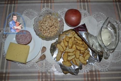 Салат с фасолью и сухариками и колбасой и помидорами. Салат с фасолью, помидорами и сухариками. Рецепт с копченой колбасой