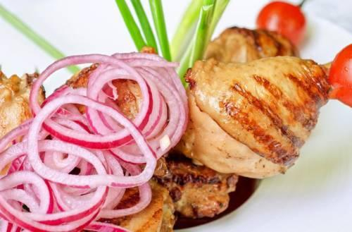 Маринованный лук для салата рецепт в уксусе быстрый рецепт за 5 минут. Лук маринованный в уксусе для шашлыка и салатов за час