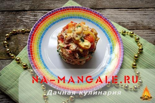 Салат с копченой курицей и крабовыми палочками и помидорами. Салат с курицей и крабовыми палочками