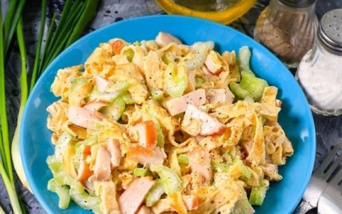 Салат из свежего огурца и курицы с яичным блинчиком. Блинчики с копченой курицей – очень вкусный салат.