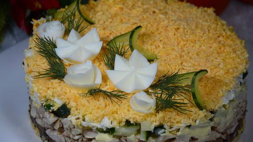 Салат с черносливом и грецкими орехами и курицей и сыром и грибами слоями. Праздничный слоеный салат с курицей, грибами и черносливом