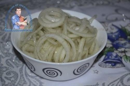 Лук маринованный в уксусе для селедки под шубой. Как замариновать лук для селедки. Сочный и хрустящий маринованный лук с яблочным уксусом