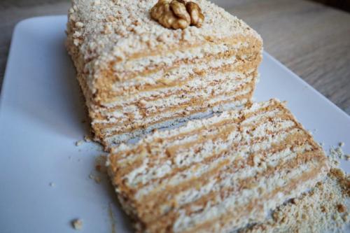 Торт без выпечки из печенья с творогом и сгущенкой.