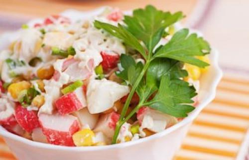 Салат из крабовых палочек и кукурузы без риса с огурцом рецепт. «Крабовый» салат рецепт классический без риса