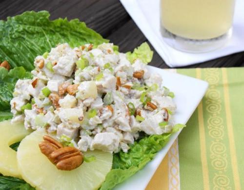 Салат из куриной грудки с ананасом и крабовыми палочками. Салат с ананасом и куриной грудкой, креветками, крабовыми палочками