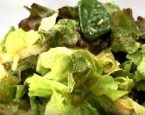 Цезарь салат с грибами и курицей. Салат Цезарь с курицей и грибами