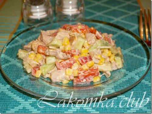 Салат с копченой курицей болгарским перцем и сыром. Салат с копченой курицей и болгарским перцем