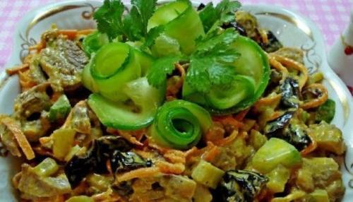 Салат с языком свинины. Салат из свиного языка с черносливом, шампиньонами и морковью без майонеза