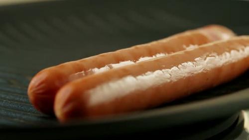 Приготовить хот дог на гриле. ШАГ 2: Приготовьте сосиски
