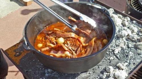 Картошка со свининой в казане на костре. Тушеная картошка с мясом в казане