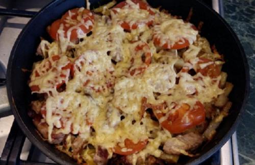 Курица по-французски на сковороде.  Мясо по-французски на сковороде с картошкой и помидорами