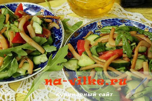 Салат с жареным кальмаром. Салат из обжаренных кальмаров и свежих овощей