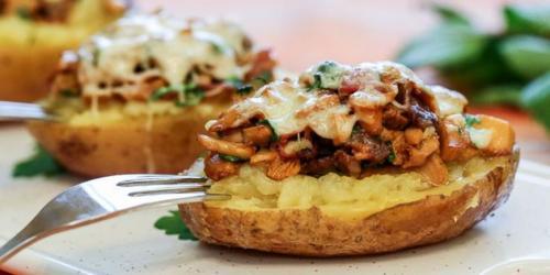 Картошка с грибами жареная с беконом. Картофель с грибами и беконом