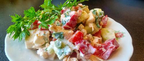 Салат с курицей и перцем и помидорами. Простой салат с куриной грудкой помидорами и перцем
