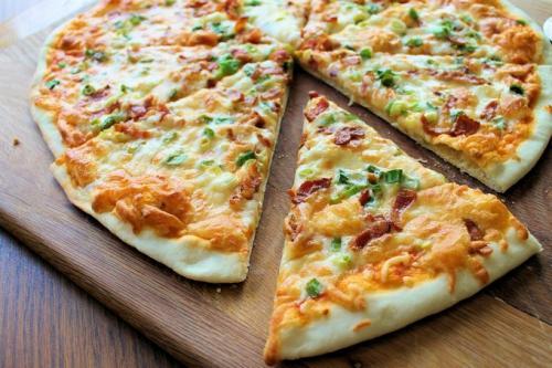 Пицца с луком сыром и колбасой. Пицца с колбасой и луком