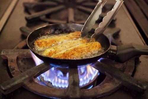 Сырные палочки во фритюре. Закуски к пиву: горячие сырные палочки в панировке