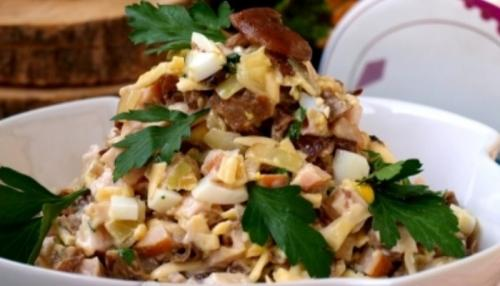 Салат с копчёной курицей и грибами шампиньонами. Очень вкусный салат с копчёной курицей, грибами и сыром