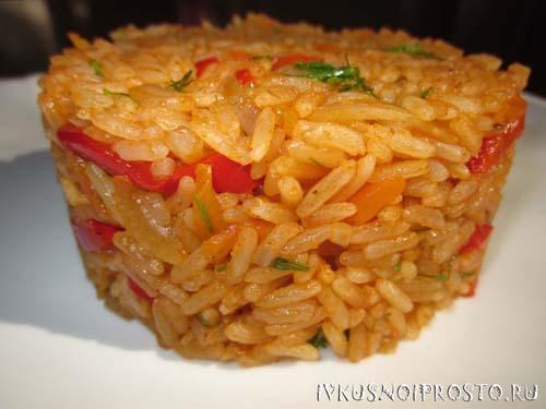Рис в томатной пасте в сковородке. Томатный рис