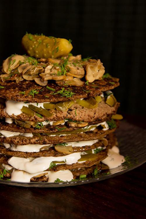 Печеночный торт с маринованными огурцами.