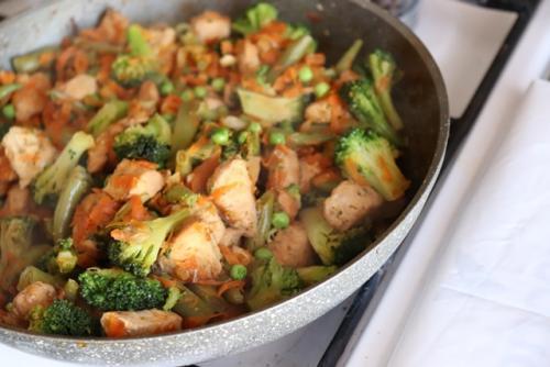 Курица с брокколи и стручковой фасолью в духовке. Курица с брокколи и стручковой фасолью на сковороде
