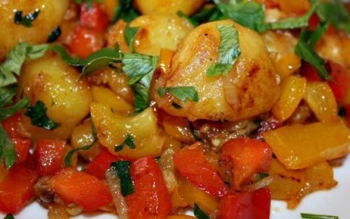 Жареная картошка в томатной пасте. Жареная картошка с болгарским перцем и помидорами